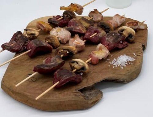 Brochettes de cœurs de canard, ventrèche et champignons